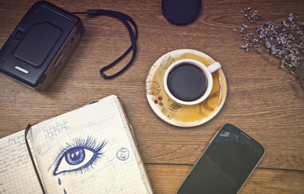 Scrivania caffe ufficio e smartworking pausa
